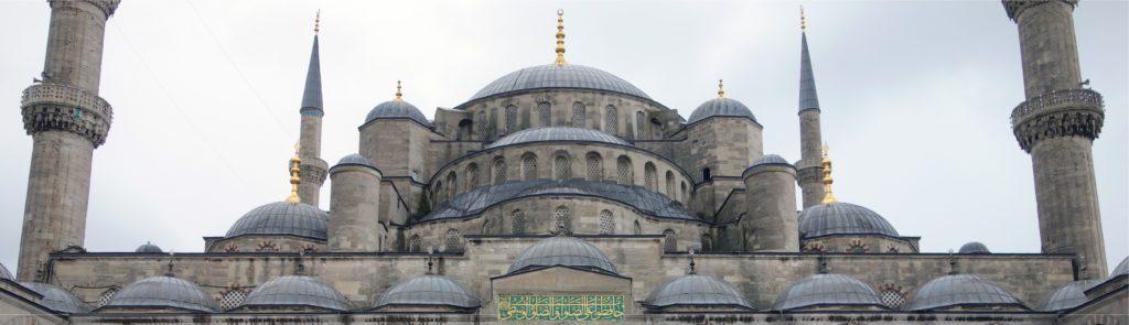 Moslimkoepels weigeren openheid over financiering moskeeën, openen tegenaanval op christenen