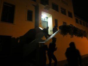 Zwarte Piethaters spijkeren affiche aan voordeur Civitas Christiana