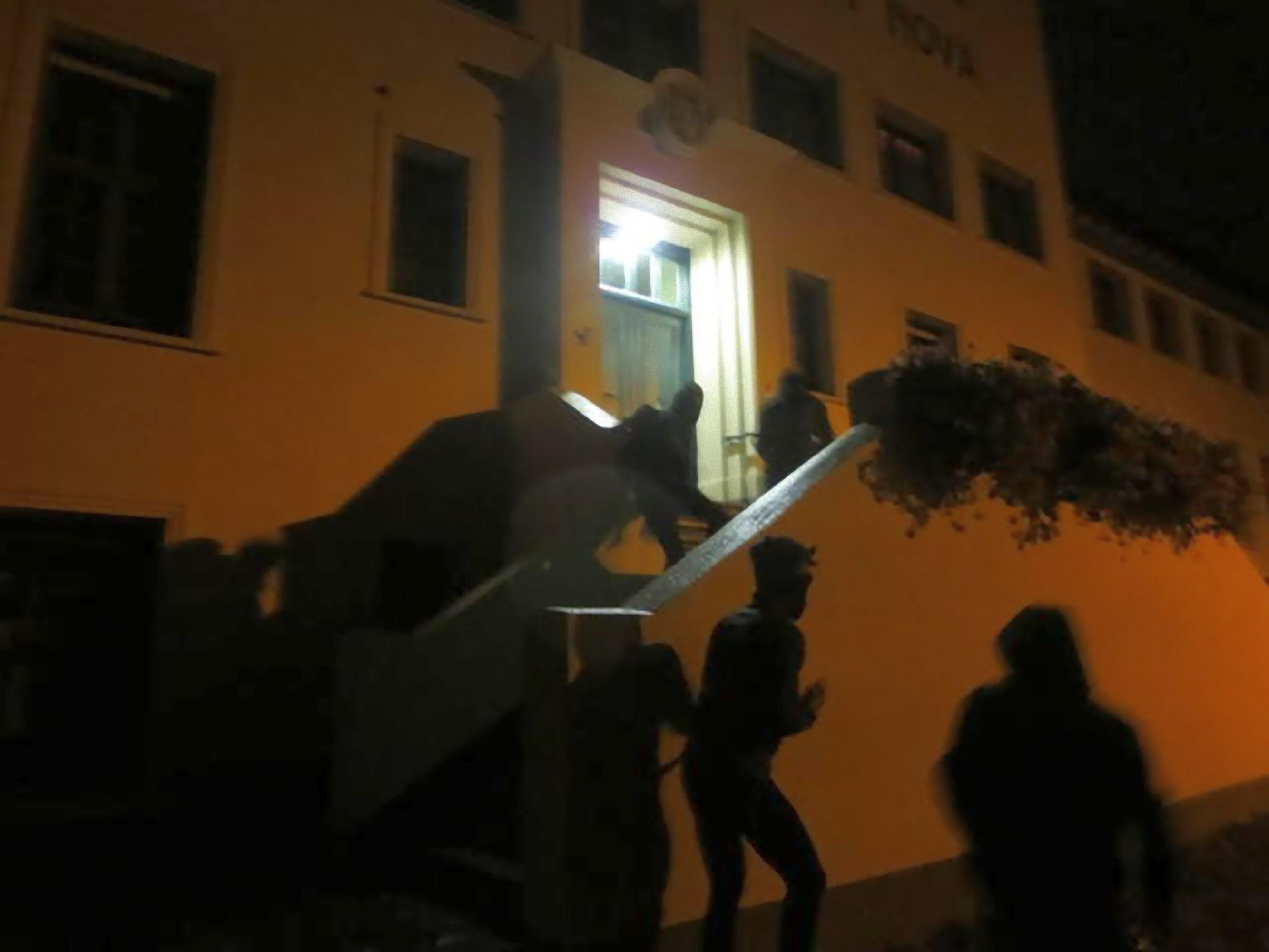 Anti-gezin vandalen spijkeren affiche aan voordeur Civitas Christiana
