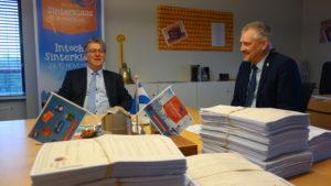 Burgemeester Maassluis neemt petitie voor Zwarte Piet in ontvangst