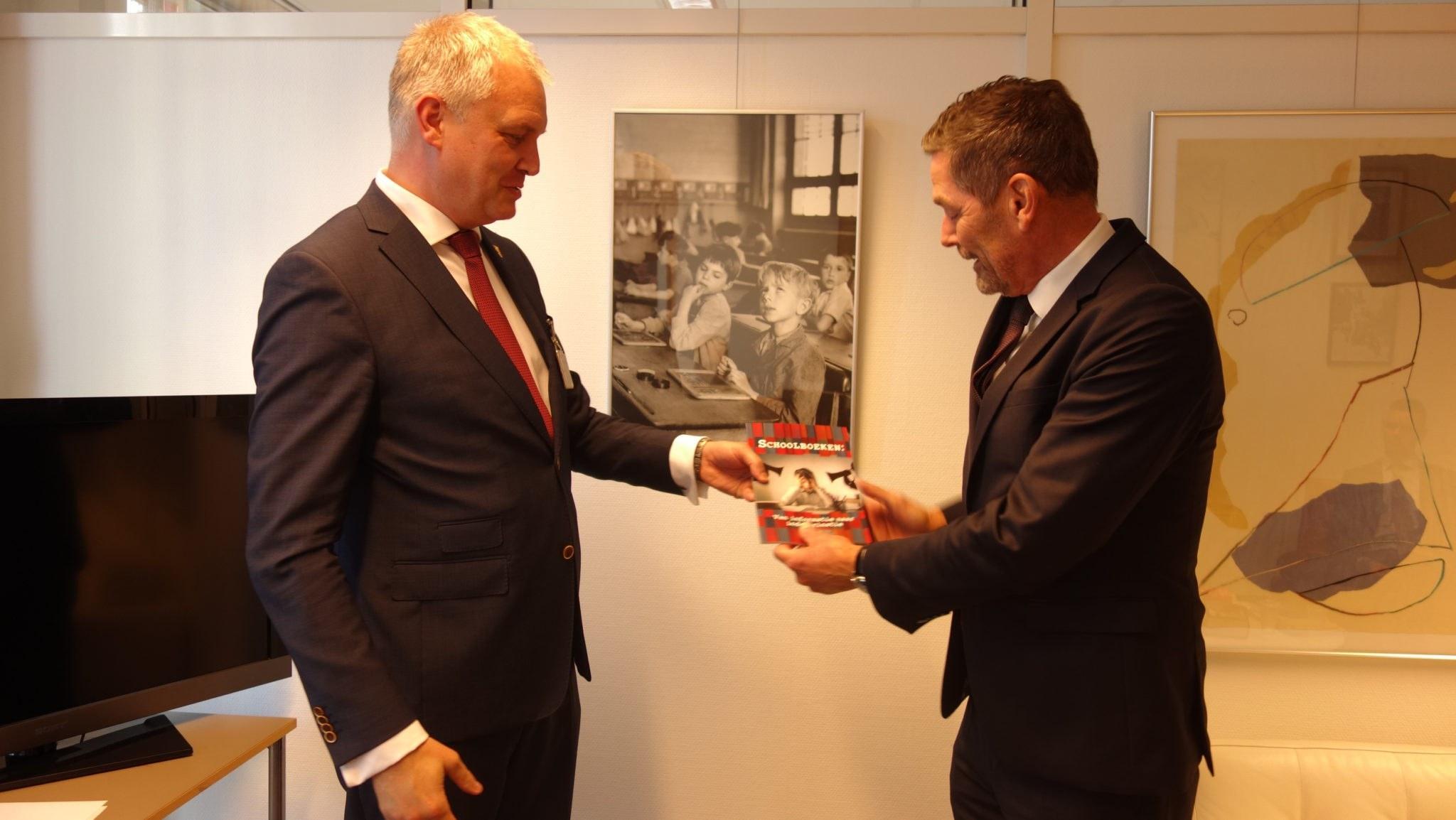 Harm Beertema (PVV) neemt ons schoolboekenrapport in ontvangst