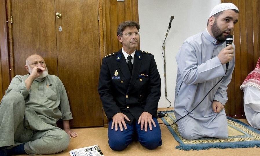 Schokkend: Nederlandse politieagenten gaan in uniform naar islamitische gebedsoproep