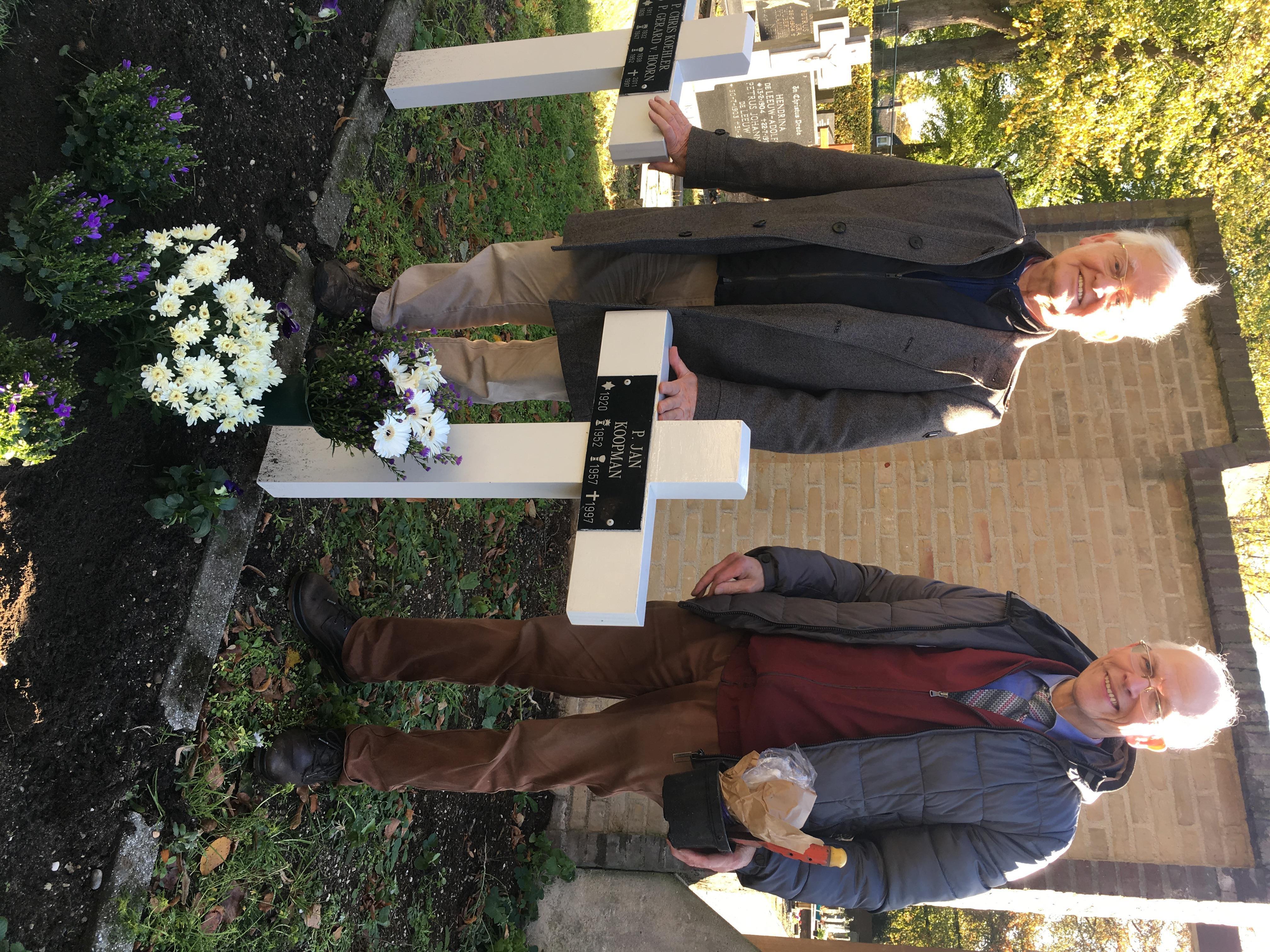Bezoek aan het graf van pater Koopman voor Allerzielen