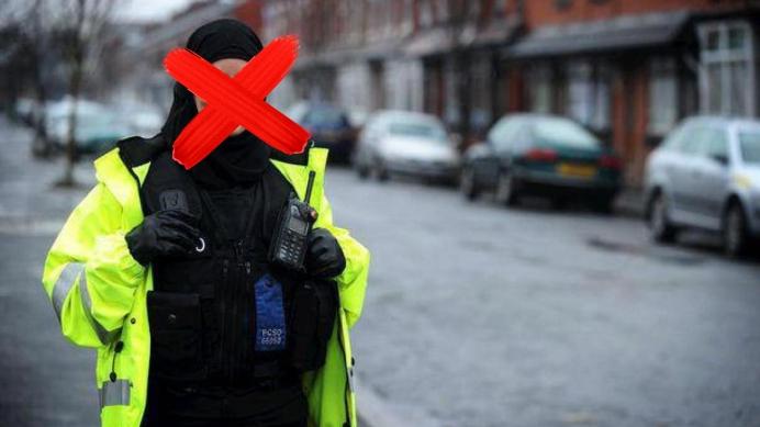 Géén hoofddoekje bij het politie-uniform!