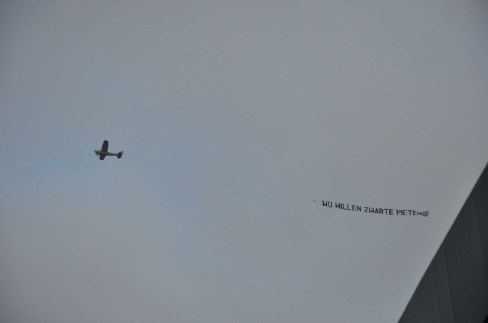 Vliegtuig boven Dokkum bron Jelke Jongsma Twitter