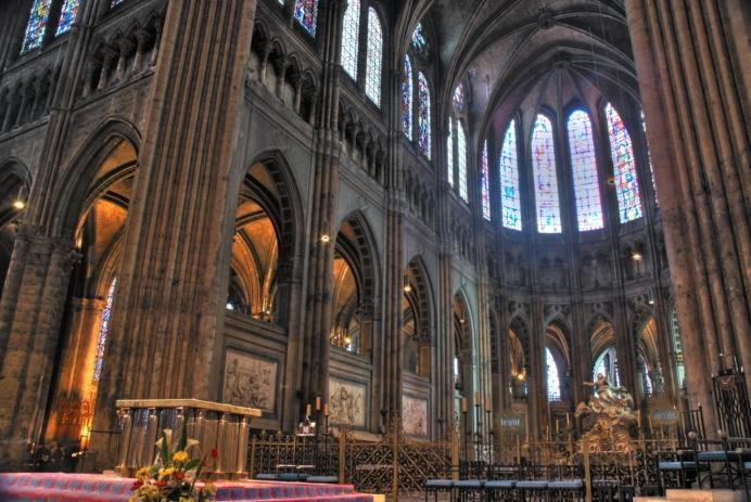 Transcedentie interieur kathedraal scaled