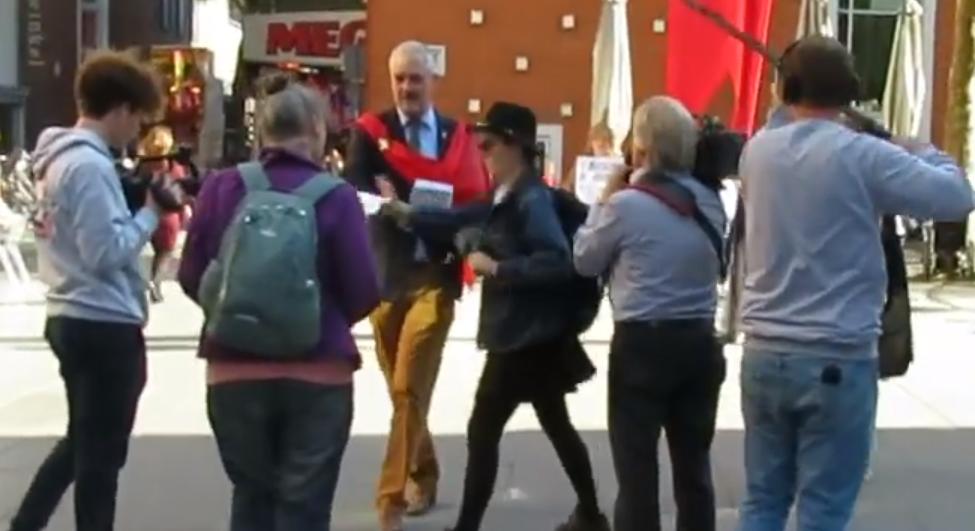 Gezinsactivisten protesteren tegen seksuele indoctrinatie van kinderen. Lhbt-activisten slaan erop los
