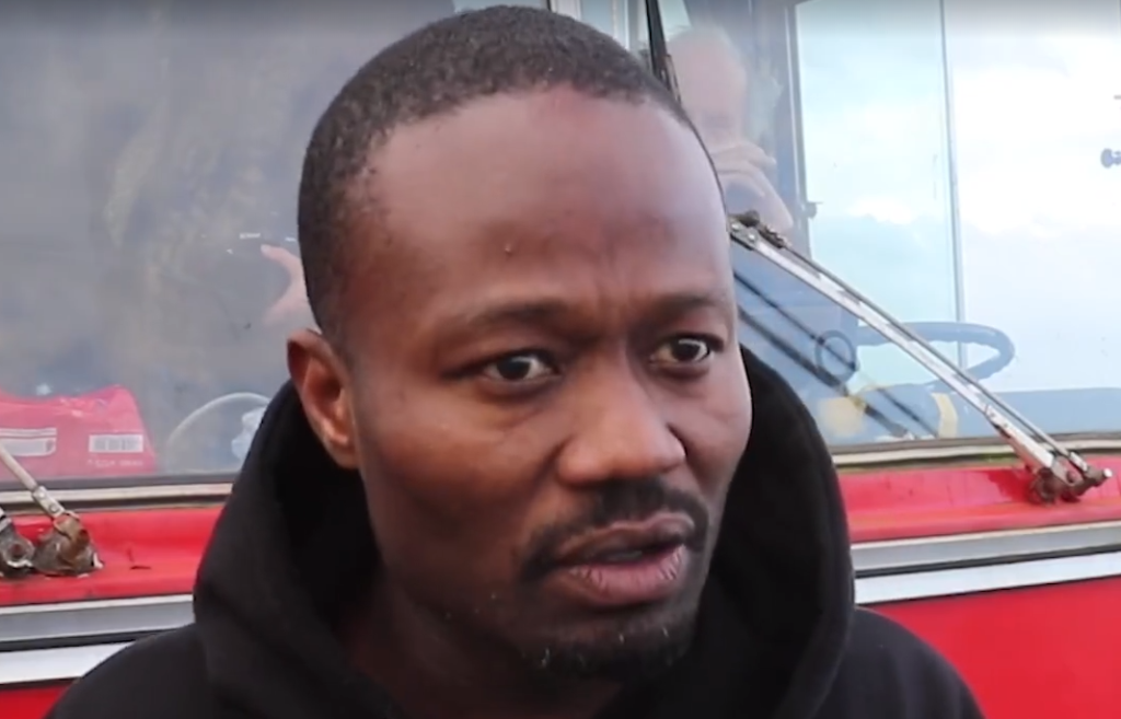 Intimidatie: Jerry Afriyie dringt gemeentehuis binnen voor protest tegen Zwarte Piet