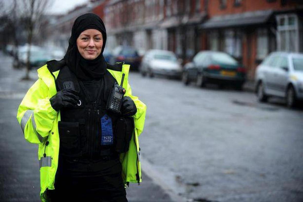 Teken tegen het hoofddoekje bij het politie-uniform!