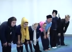 Viraal: Schotse schoolkinderen bidden in moskee