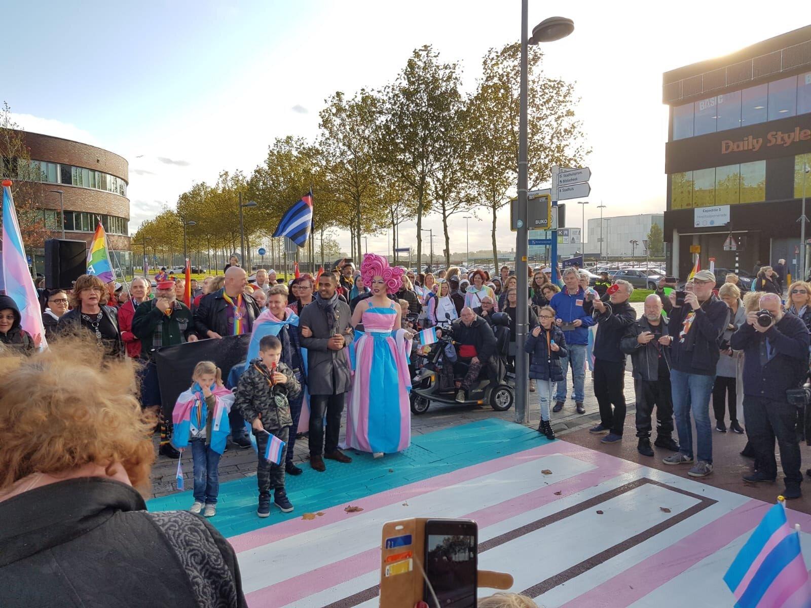 """Enorme rijkdom"": Almere neemt ""transgenderzebrapad"" in gebruik"